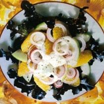 Recete per pergaditjen e Sallatës me mollë, portokall dhe qepë