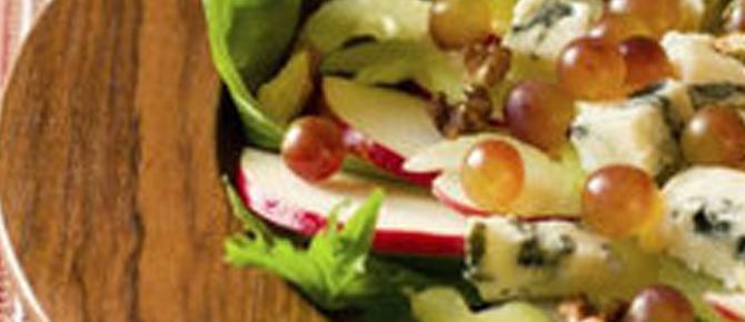 Sallatë me mollë, gorgonzola, rrush dhe arra