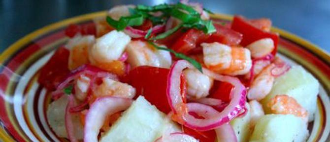 Sallatë me patate të ziera, karkaleca dhe qepë të kuqe