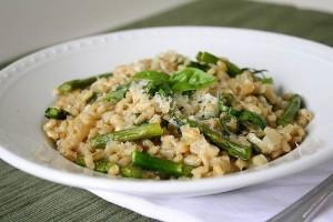 Oriz rizoto me asparagus, bizele dhe ton