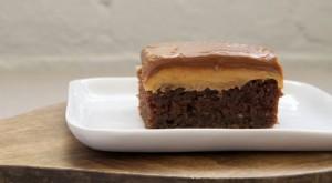 Tortë çokollate me gjalpë kikiriku