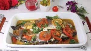 Tavë peshku me qepë dhe domate
