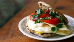 Sandviç mëngjesi me shije mesdhetare