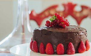 Tortë me çokollatë dhe luleshtrydhe