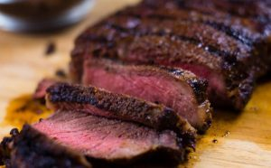 Bifteku i gatuar në skarë me kafe