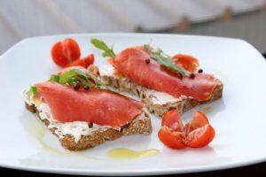 Bukë me salmon dhe piper të kuq
