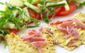 Omeletë me djath dhe me proshutë