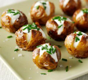 Patate të mbushura me sos dhe proshutë